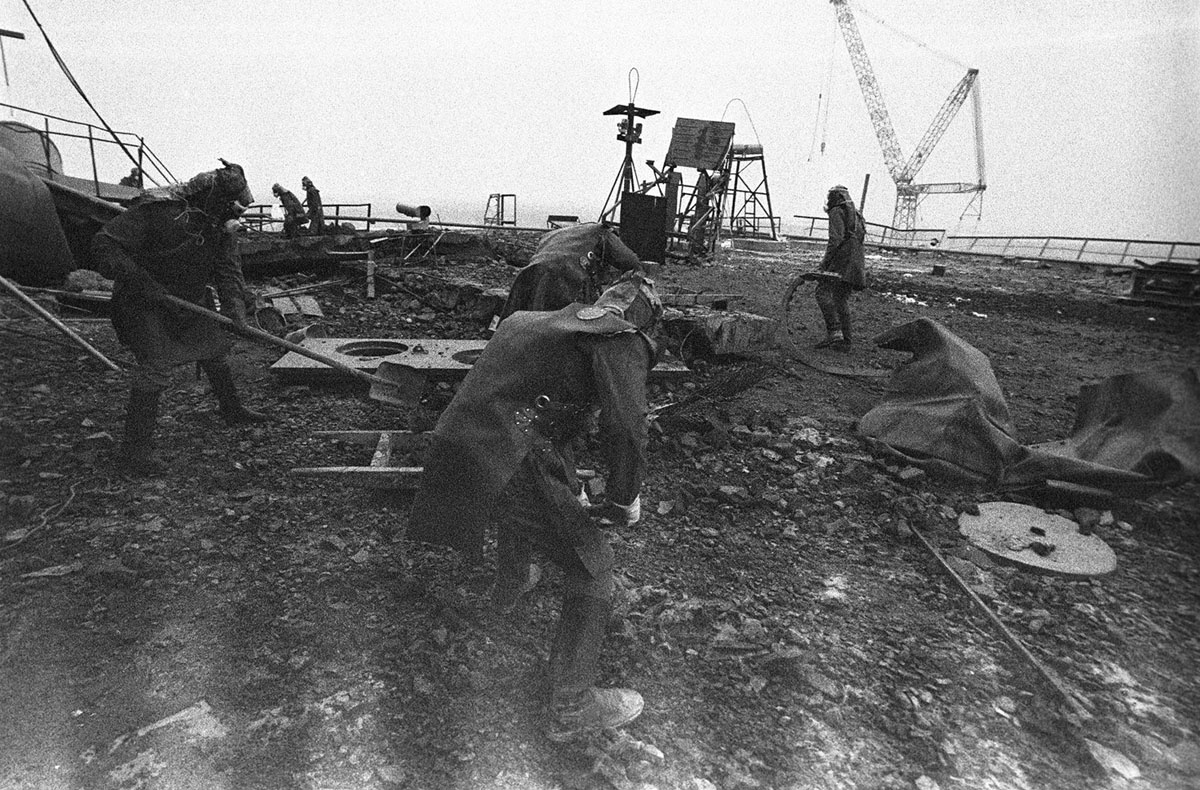 Liquidators clean the roof of the Chernobyl No. 3 reactor